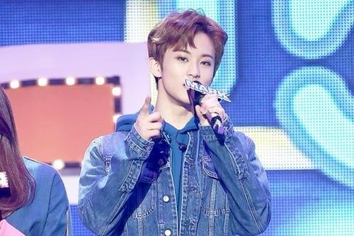 Foto Mark NCT jadi MC